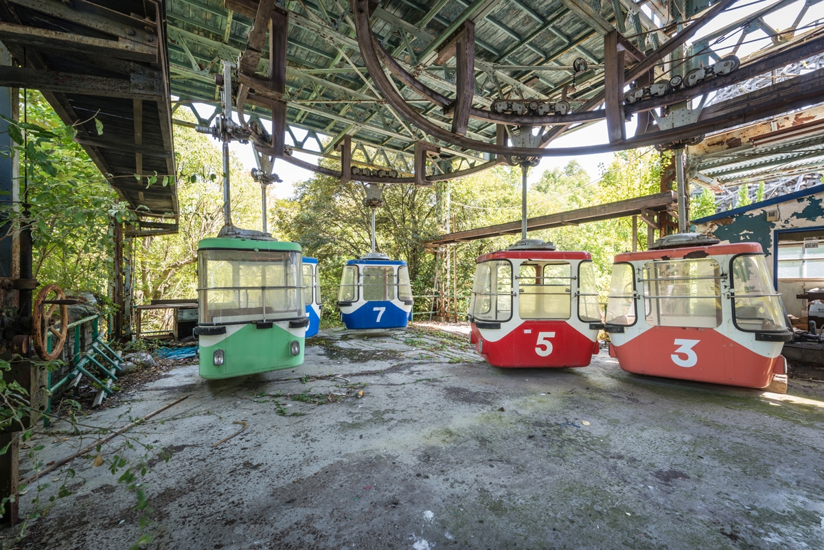 09-Cable-Cars-Photographs-of-Abandoned-Amusement-Park-Nara-Dreamland-in-Japan-www-designstack-co