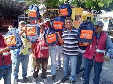 Obras Públicas reparte mochilas decenas niños en Barahona
