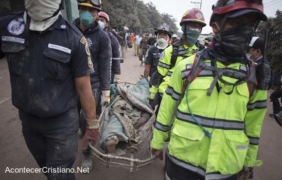 Rescatistas trasladan víctima de volcán en Guatemala