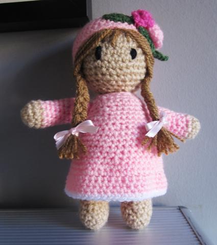 Muñeca de crochet rosa