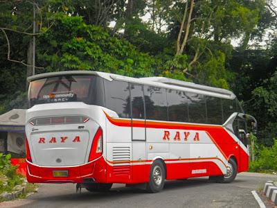 Foto Bus Raya Manuver Menikung