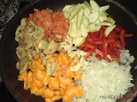 Cebolla, tomate, ajo, pimiento, calabacín, zanahoria y champiñones en una sartén