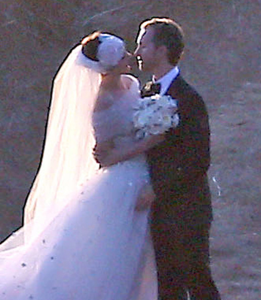 Anne Hathaway And Husband Wedding: Anne Hathaway's Wedding Pictures And Adam Shulman