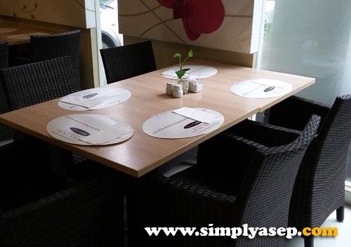 RAPIH : Penataan tiap table yang sudah tersusun rapih. Foto Asep Haryono