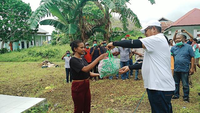 Bupati Maluku Tenggara M. Thaher Hanubun saat menyerahkan bantuan kepada Pelaku Perjalanan di Kecamatan Kei Kecil Barat (KKB)