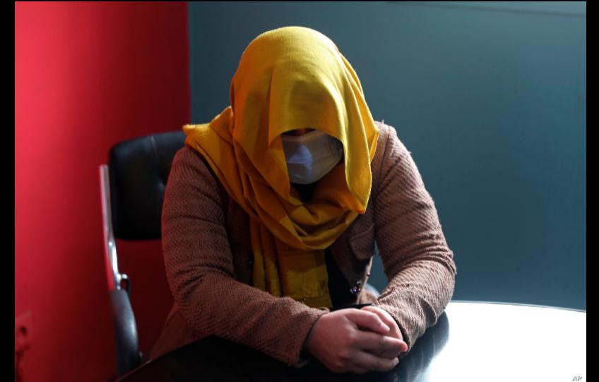 Una presentadora de televisión del sur de Afganistán oculta su identidad por motivos de seguridad mientras da una entrevista a The Associated Press en Kabul, Afganistán, el miércoles 3 de febrero de 2021 / AP