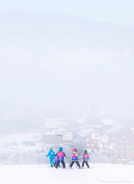narciarze z instruktorem