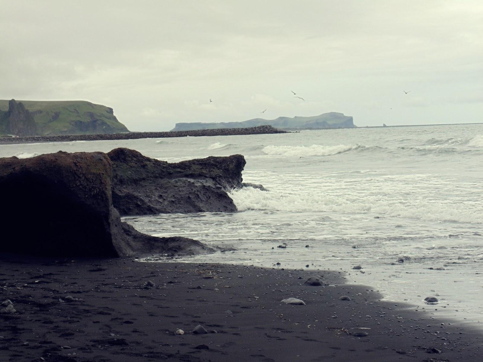 plaża w Viku, Vik, islandzkie miasto, islandzkie miasteczko, islandzka plaża, czarna plaża w Islandii, Islandia, południowa Islandia, brzydka Islandia