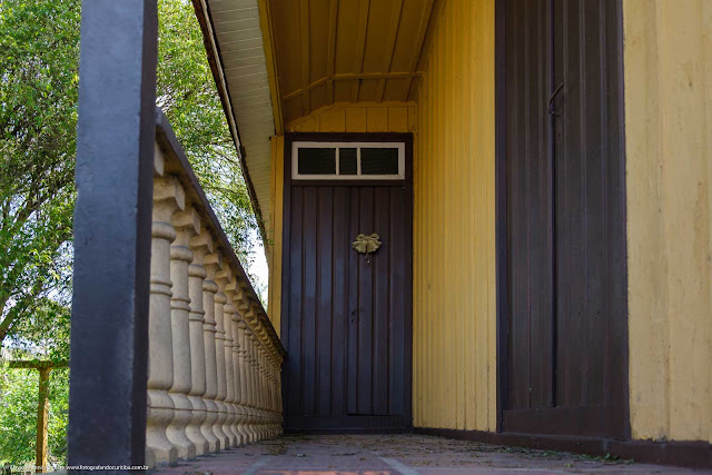 Casa de madeira com lambrequins - detalhe da varanda