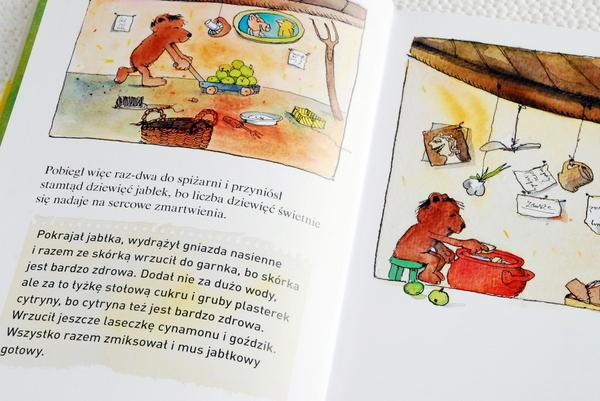 Wnętrze książki, Miś przygotowuje mus jabłkowy