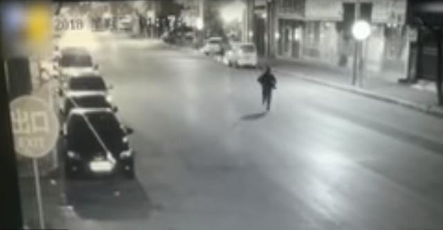 Εγκατέλειψε μωρό μέσα στην παγωνιά κι έφυγε τρέχοντας (βίντεο)
