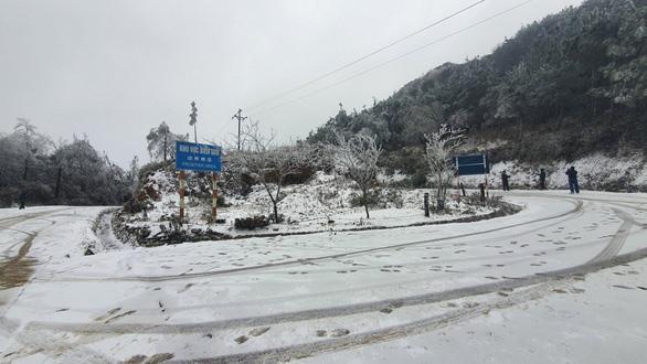 Cận cảnh tuyết rơi trắng xoá Y Tý, người dân thích thú như giữa trời Tây
