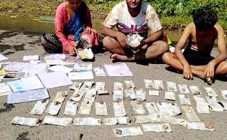 सड़क पर पैसे सुखाने को मजबूर परिवार, जानिए क्या है पूरा मामला | #NayaSaberaNetwork