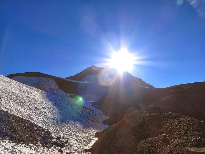 Nachdem der obere Schrotthang bewältigt ist, rückt der Gipfelgrat in den Blick
