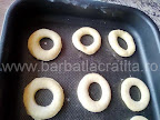 gogosile decupate cu paharul lasate la crescut in tava inainte de a fi introduse la cuptor - preparare reteta