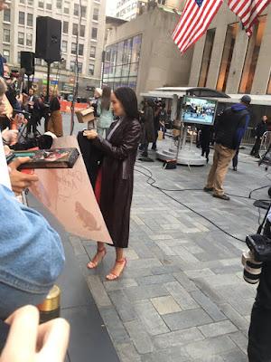 Катрин Уотърстън (Тина Голдстайн) подарява пръчки на феновете