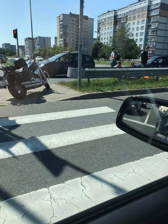 Motocikla un vieglā auto sadursme Pļavniekos