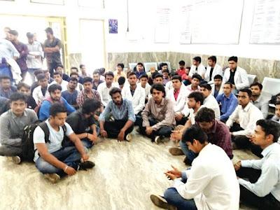 मेडिकल कॉलेज छात्र संग मारपीट, कार्रवाई की मांग को लेकर धरने में बैठे