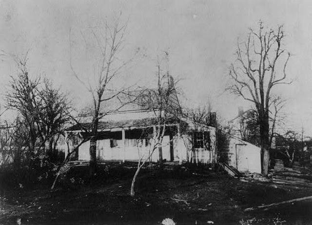 Fotografia da casa onde viveram Edgar Allan Poe e sua esposa Virginia Eliza Clemm Poe