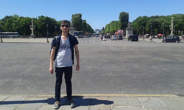 Harun İstenci Fransa Paris'te Şanzelize Caddesi (Champs-Elysees) üzerinde.