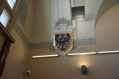 Wnętrze dworca Świdnica Miasto, herb Dolnego Śląska