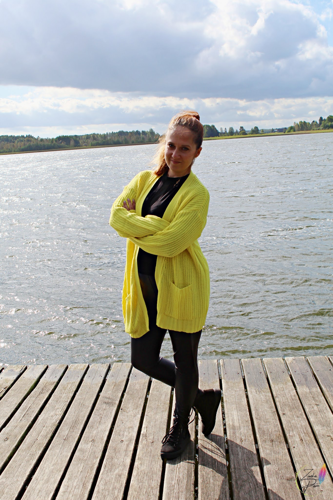 Żółty sweter bez zapięcia z kieszeniami i wysokie sneakersy na platformie - bonprix