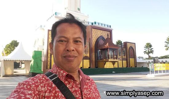 MASJID RAYA MUJAHIDIN : Dan ini saya berfoto di depan podium utama di plaza Masjid Raya Mujahidin Pontianak, yang juga menjadi salah satu spot pelaksanaan cabang yang diperlombakan dalam STQN XXV Tahun 2019 di kota Pontianak. Foto Asep Haryono