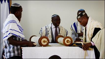 Judeus negros de Uganda sonham com reconhecimento por Israel
