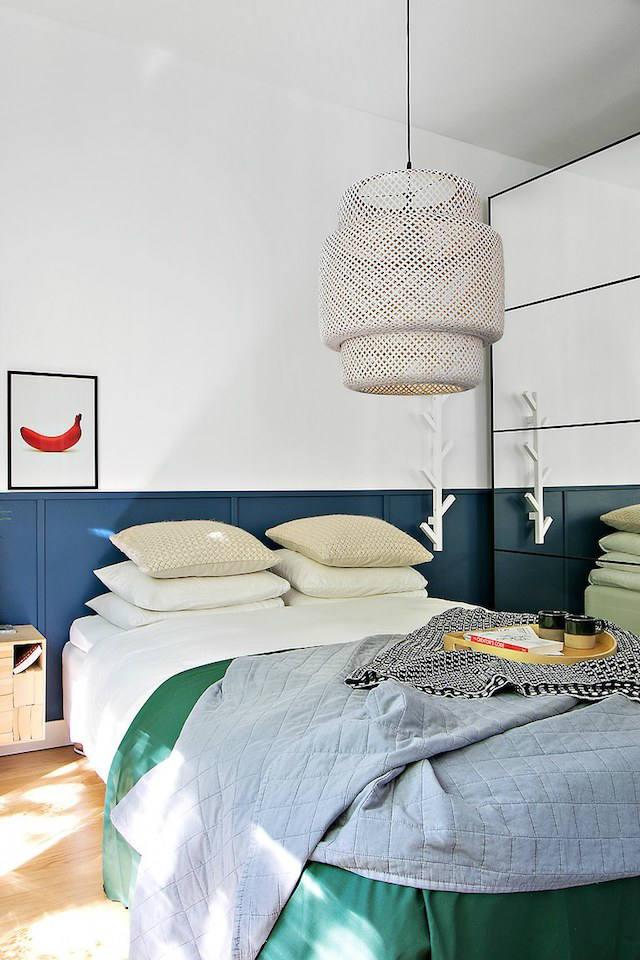 Dormitorio con armario de espejo y pared con friso