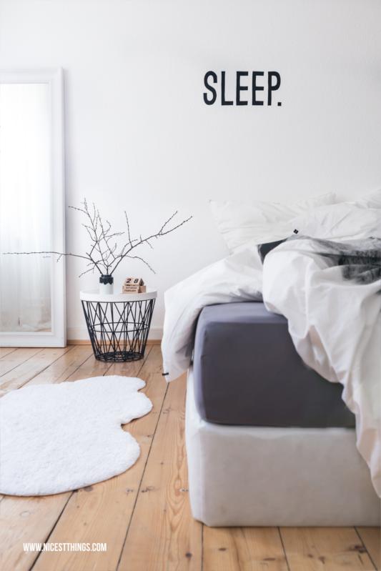 Weißes Schlafzimmer Boxspringbett Drahtkorb Tisch Weiß Grau Nordisch #schlafzimmer #bedroom #boxspringbett