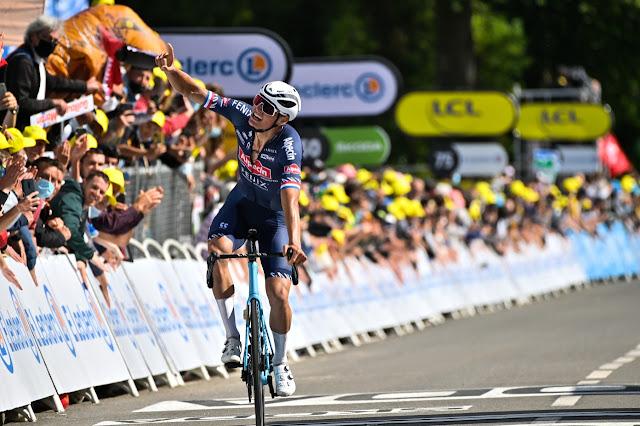 Mathieu van der Poel comemora a vitória na etapa do Tour de France