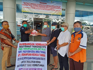 Pojok NTB dan Warga Tionghoa Salurkan Paket Sembako untuk Petugas Medis
