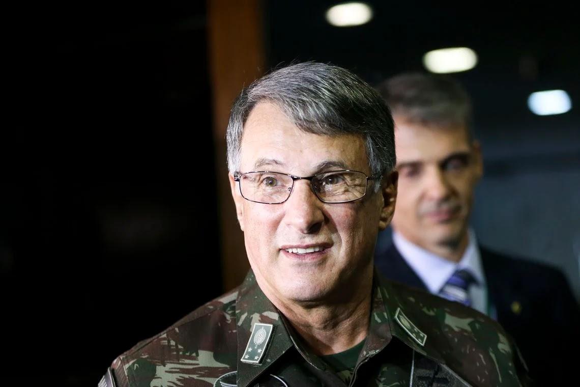 """""""Pazuello se ferrou e nos ferrou junto"""", diz Edson Pujol, ex-comandante do Exército"""