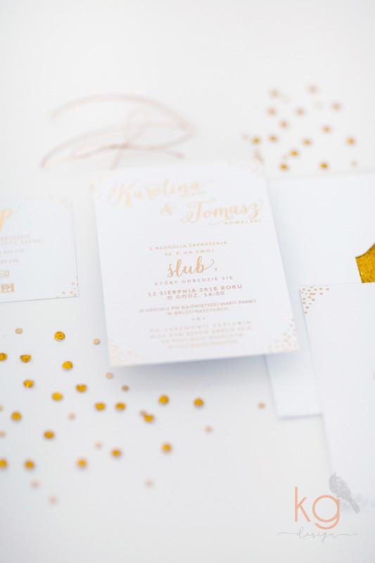gold foil, konfetti, zaproszenie ślubne, błyszczący, pozłacane, złote, białe, delikatne, minimalistyczne, koperta z wyklejką, kropki, zimowe, letnie,  oryginalne i nietypowe zaproszenia ślubne, boho, rustykalne, vintage, proste, delikatne, minimalistycze, pozłacane zaproszenia ślubne, zaproszenia gold foil, artystyczne, wyjątkowe, nietypowe, oryginalne, ręcznie robione, handmade, złote konfetti,kg design poligrafia, papeteria slubna, projekt ślubny zaproszeń, brokatowe zaporszenia