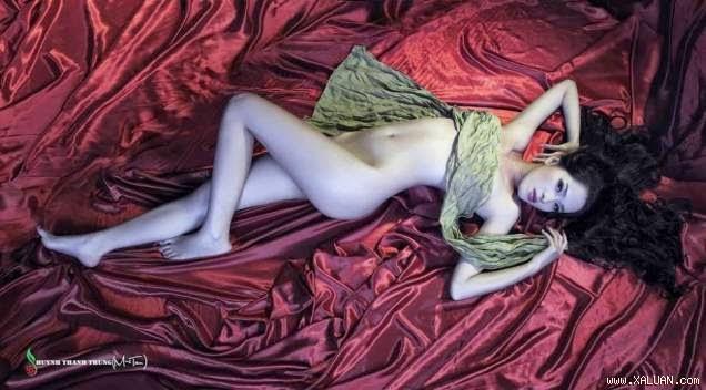 Mẫu trẻ Ngọc Huyền chia sẻ những tấm hình khỏa thân quyến rũ của cô.