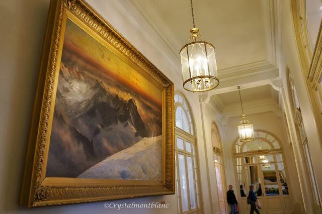 Un immense tableau accroché au mur dans ce couloir de l'ex-hôtel du Majestic à Chamonix