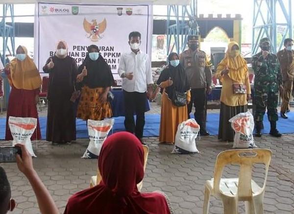 Rudi Menghadiri Penyaluran Bantuan Beras PPKM di Kelurahan Tembesi dan Sei Langkai