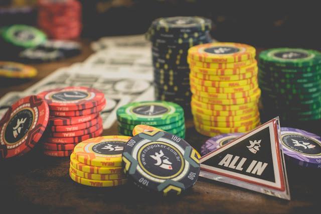 Fichas de Poker sobre a mesa com indicação All In
