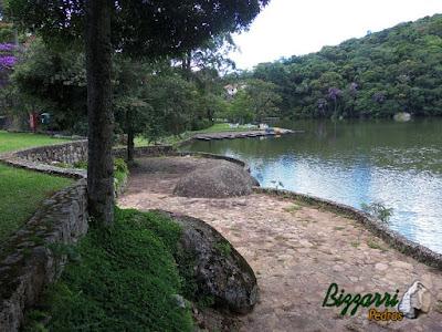 Calçamento de pedra São Carlos com os muros de pedra rústica em condomínio em Atibaia-SP.