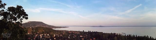 Kilátás kelet felé a Badacsonyra és a Balatonra a Szigligeti óvárból.