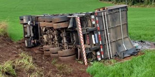 Manoel Ribas: Motorista perde controle e tomba caminhão na PR-466