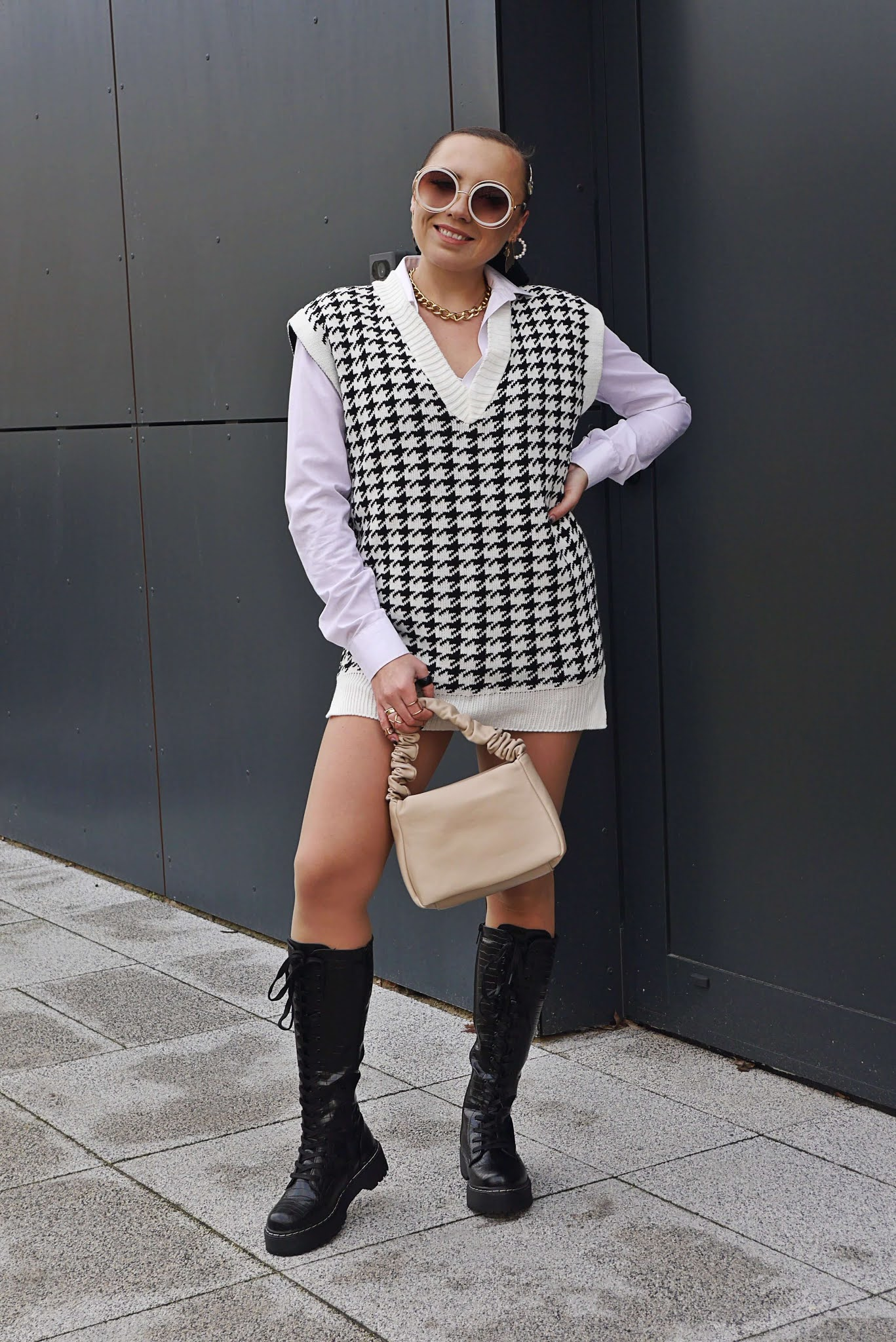 fashion blogger karyn pulawy biker combat high boots ootd outfit look black white sweater vest baige bag sunglasses