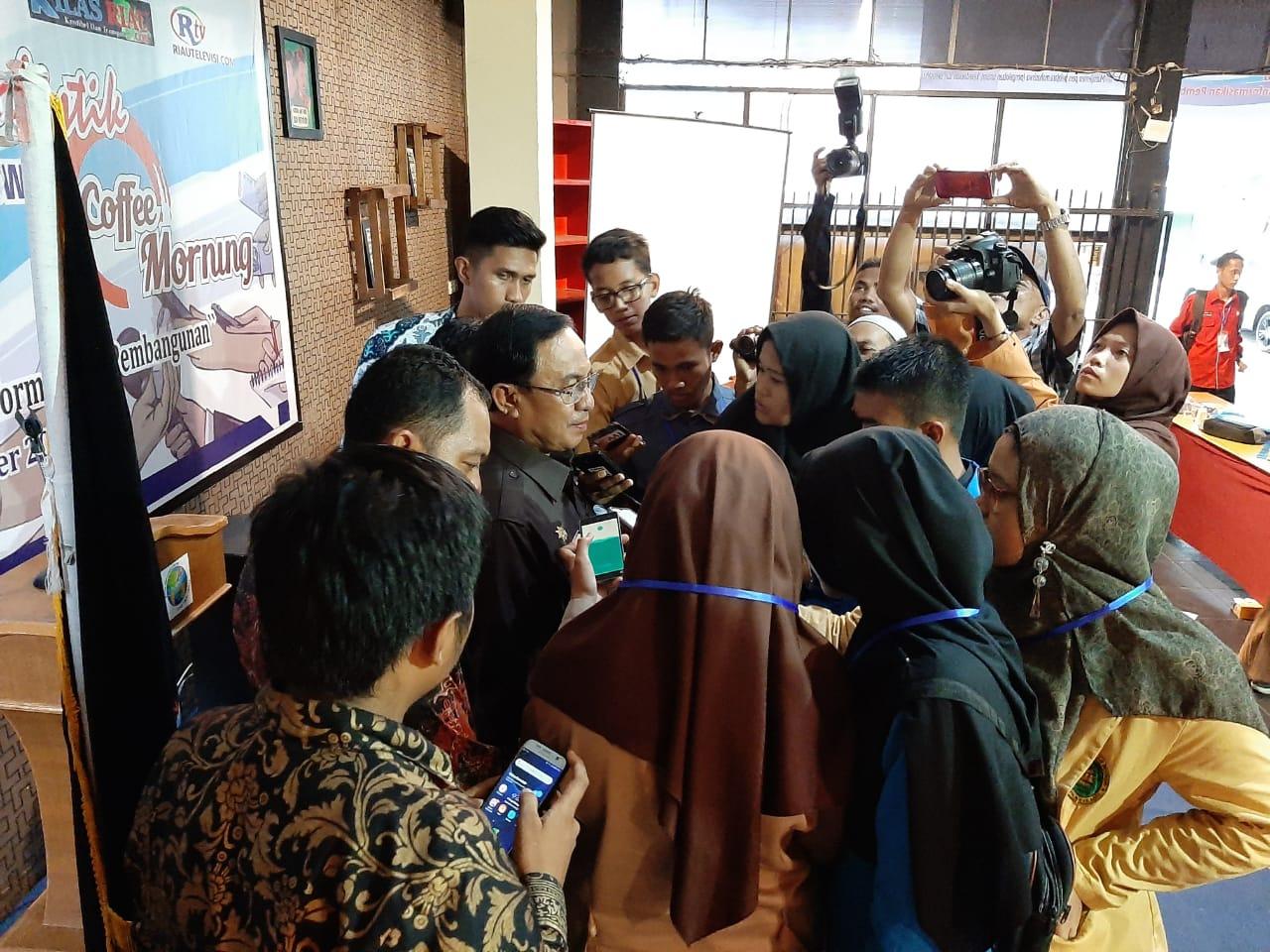 Praktek Mencari Berita, Peserta Pelatihan Jurnalistik IWO Wawancarai Bupati Inhil