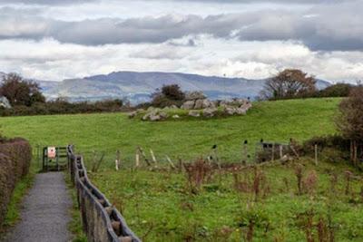 Una tomba satellite con dolmen centrale a Carrowmore. Questa particolare tomba è su terreno privato e non accessibile al pubblico.
