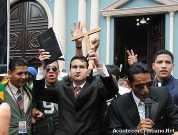 Evangélicos en Ecuador queman imágenes del Papa en protesta contra la idolatría