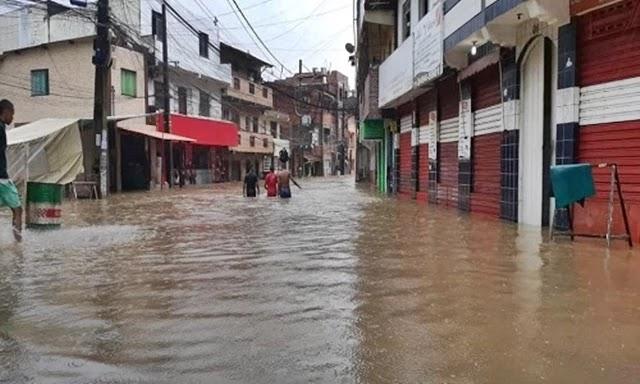 Mais de 400 pessoas precisaram deixar suas casas na capital baiana após as chuvas que atingiram a cidade