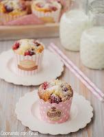 Muffins de chocolate blanco con frambuesas y coco