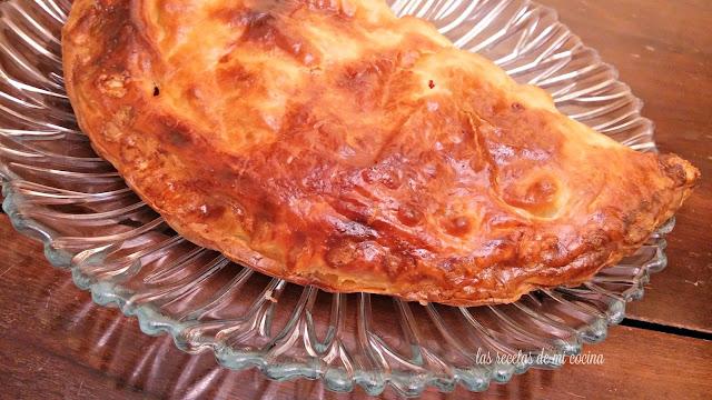 Empanada de hojaldre con atún en escabeche