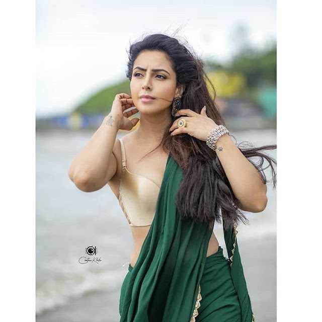 Nandini Rai sexy photoshoot in Bra saree Navel Queens
