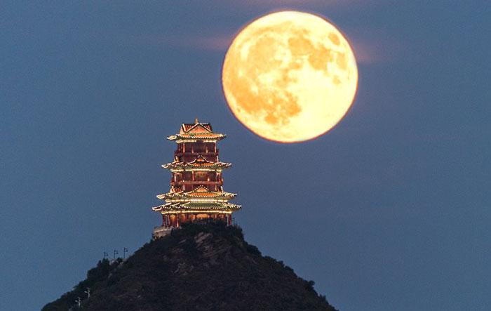 Menerangi Bulan